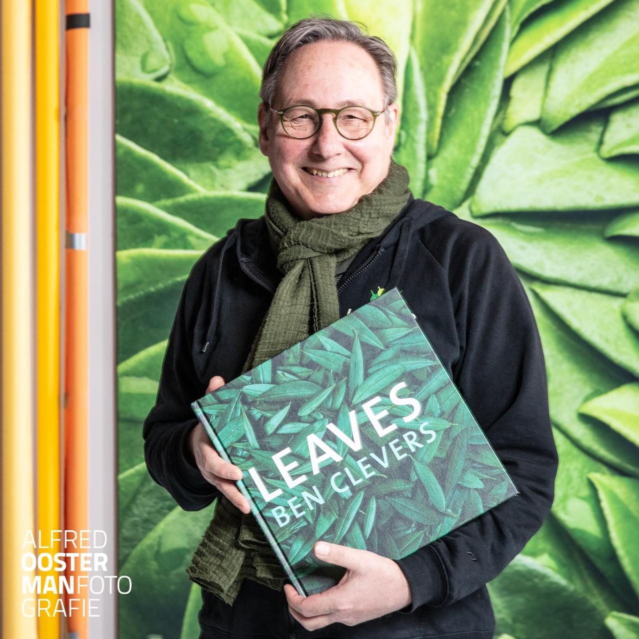 Ben Clevers is eigenaar van het bedrijf Leaves Natural Projects. Ben is als meester binder en arrangeur verantwoordelijk voor bloem en bladobjecten van de hoogste kwaliteit. In de afgelopen drie jaar heeft hij samen met assistent Anita Hoekstra een zestigtal bladobjecten gemaakt die gefotografeerd zijn door Alfred Oosterman om daar een boek van te maken. Het boek Leaves is nu te koop via Ben Clevers en via de webshop van Alfred Oosterman fotografie.