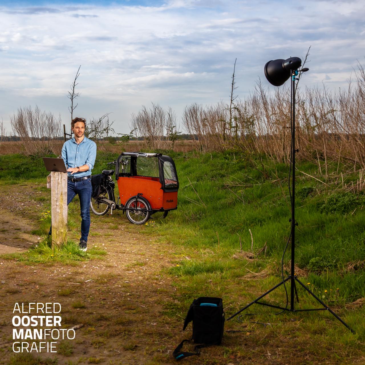 Als bedrijf wil je graag in de schijnwerpers staan, je wil graag goed gevonden worden. Findlab is een bedrijf dat daarin wat voor je kan betekenen. Hoe zorg je ervoor dat je op een positieve manier opvalt tussen alle ander online aanbieders. Roel van der Molen ziet dat als een mooi proces waarbij je voortdurend in beweging moet blijven. Maandag ben ik met Roel op pad geweest om hem in de schijnwerpers te zetten voor zijn eigen website. Op de fiets zijn we van Peize naar Groningen gereden om uiteindelijk weer in Peize uit te komen. Op verschillende locaties hebben we beeld gemaakt om te laten zien dat je overal met je bedrijf bezig kunt zijn. Dit is in de Onlanden waar Roel even zijn opdrachten controleert.