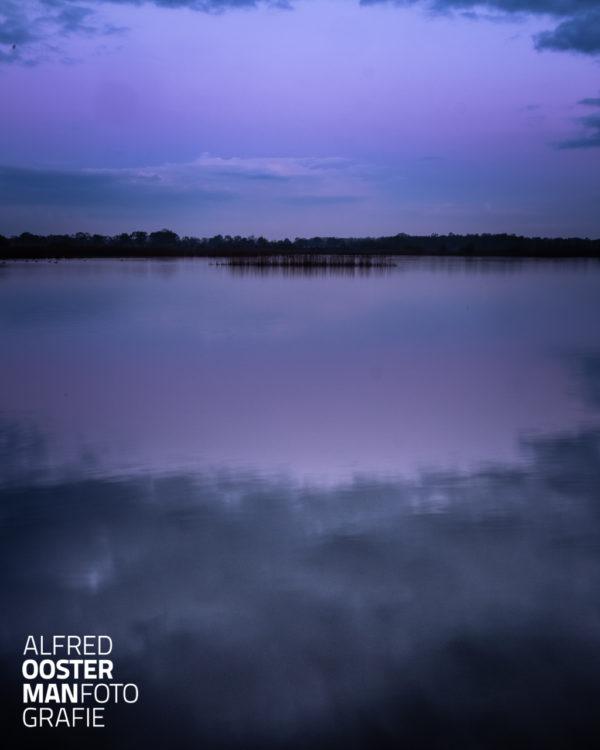 Hoewel de zon nog niet op is en ik met mijn rug naar het oosten sta laat die al wel wat kleur zien in de lucht. Dit water aan de westkant van de Onlanden lag er nog vrijwel rimpelloos bij. Een stille ochtend waar je ziet dat de natuur ontwaakt.