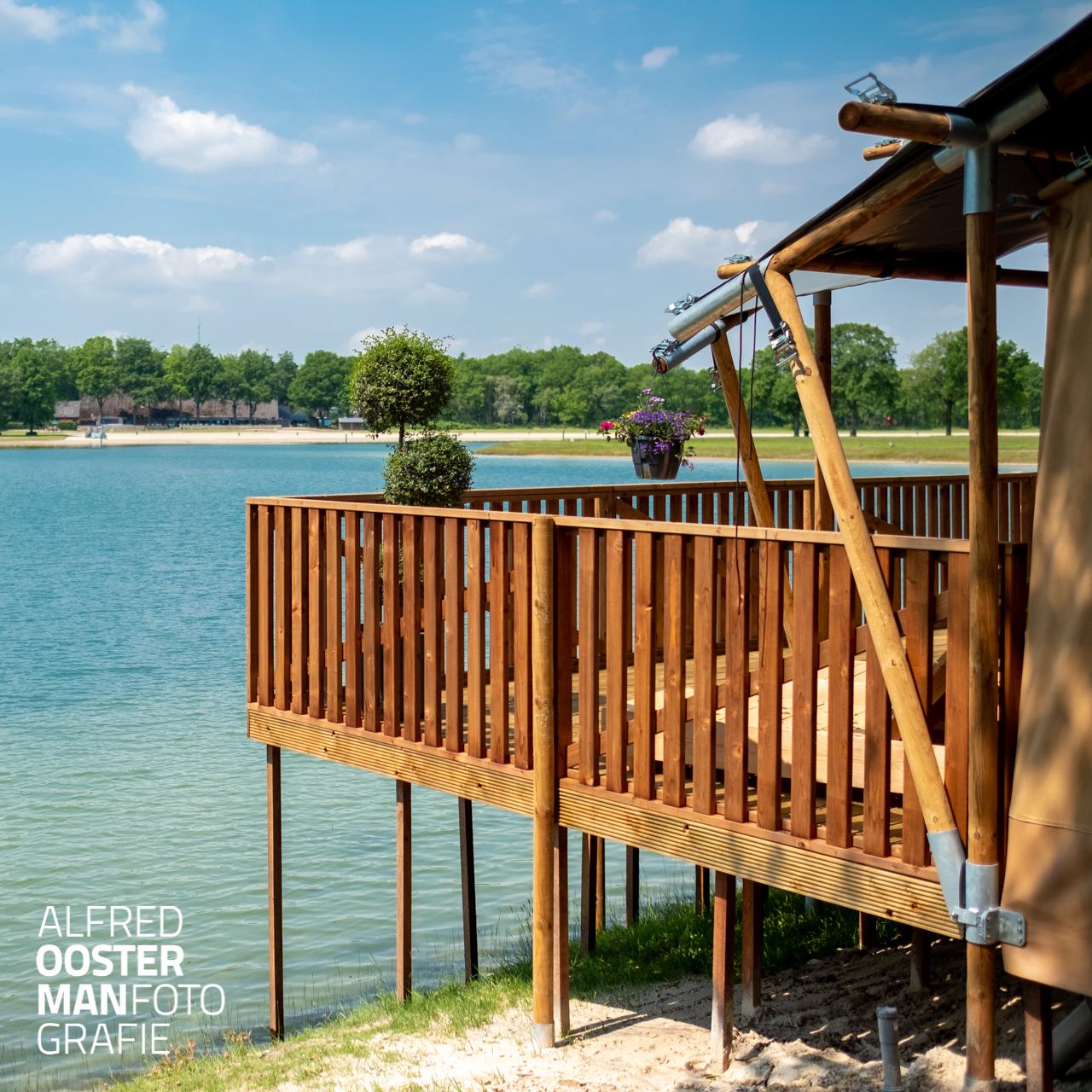 Het Ronostrand in het noorden van Drenthe heeft unieke kampeer mogelijkheden. In één van de drie waterlogdges wordt je wakker met uitzicht over het meer. Een zeer comfortabele compleet ingerichte tent met een eigen badkamer en een royaal terras aan het water.