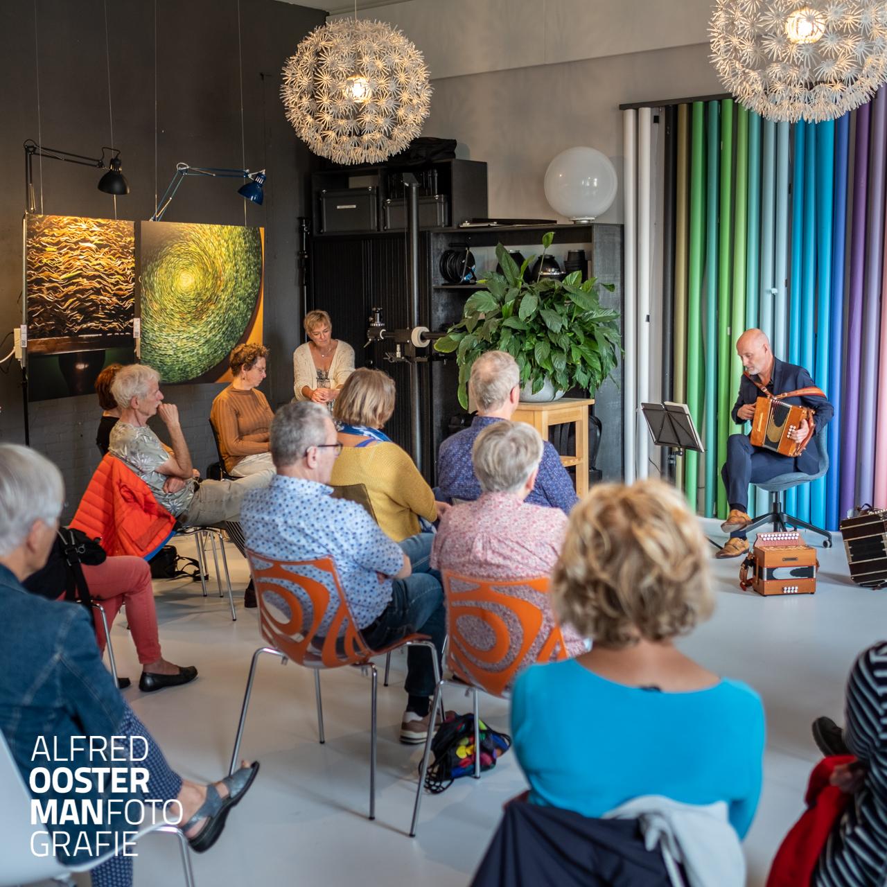Harry Dijkstra geeft in de fotostudio van Alfred Oosterman een concert op de tweede dag van de 'Open Atelier Route Noordenveld.