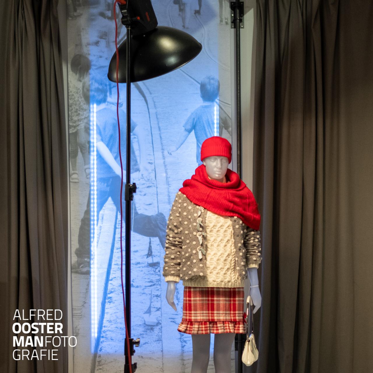In de fotostudio van Alfred Oosterman heeft Tulips Woman uit Leek een expositie ingericht. Ter gelegenheid van het 18 jarig bestaan zijn wordt terug gekeken op 18 jaar ontwikkeling in mode.